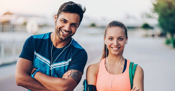pareja de corredores sonriendo